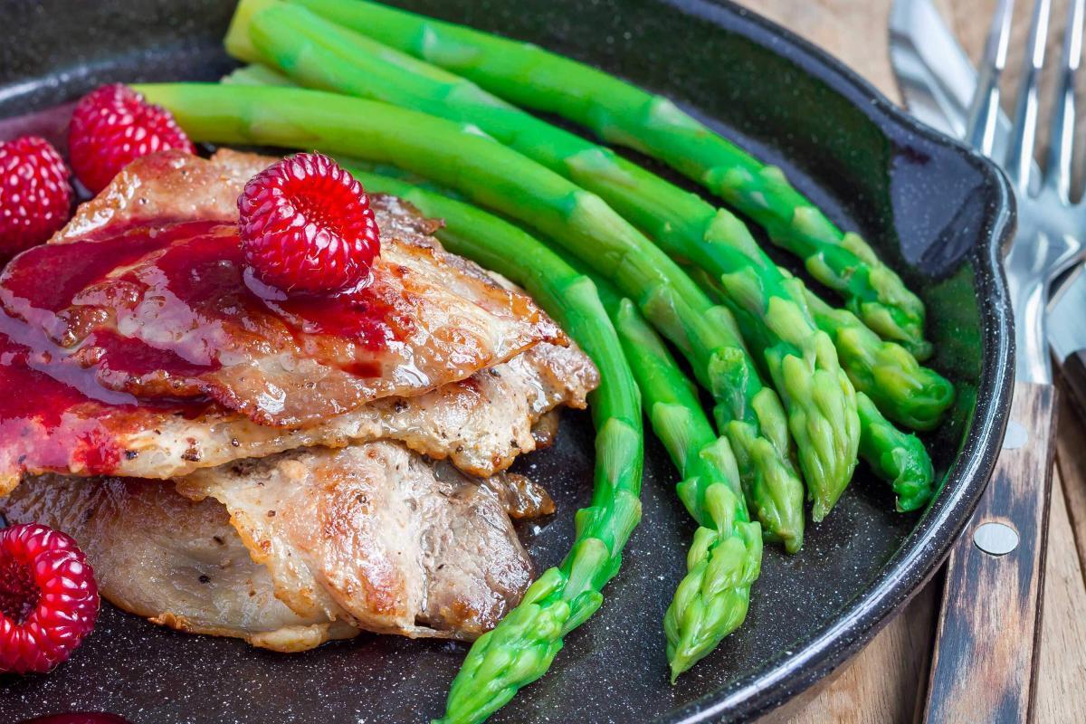 Marios-Italian-Deli Pork Cutlets with Raspberry Sauce & Asparagus